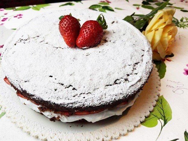 Torta Cioccolato Panna e Fragole
