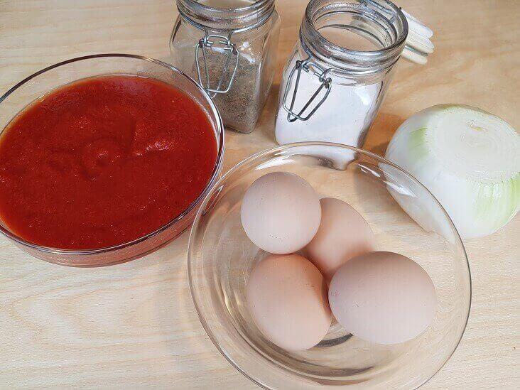 Ingredienti uovo con sugo