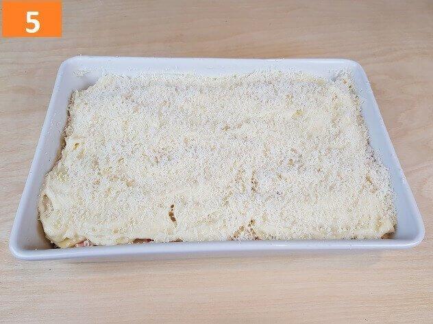 Ricoprire con Besciamella e Spolverare con Parmigiano