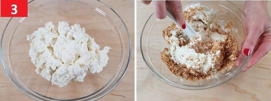 Unire lo Zucchero e gli Amaretti con la Ricotta